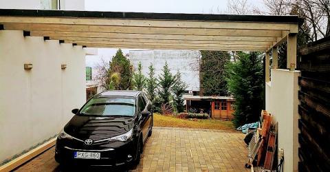 Falhoz rögzített kocsibeálló