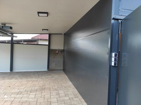 Félig zárt garázs dupla kapuval 06