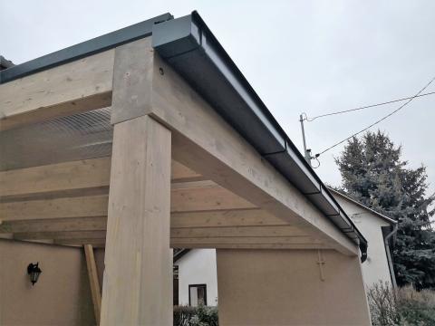 Autobeálló ragasztott fa szerkezettel füstszínű polikarbonát fedéssel 05