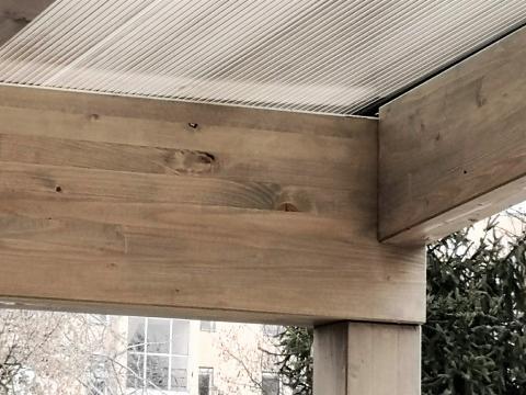 Autobeálló ragasztott fa szerkezettel füstszínű polikarbonát fedéssel 07