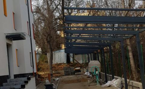 Polikarbonát kocsibeálló egy oldalon elhelyezett oszlopokkal