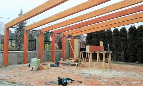Napelemes autobeallo ragasztott fa szerkezettel 10