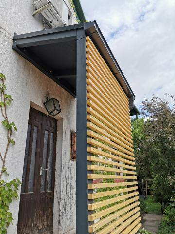 Ragasztott fa szerkezetű korcolt lemez előtető, oldalzárással