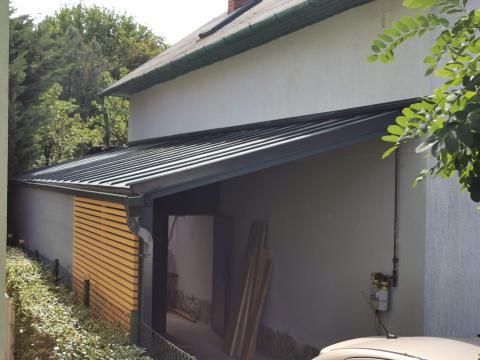 Ragasztott fa szerkezetű korcolt lemez fedésű zárt garázs 01