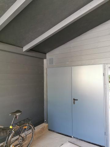 Ragasztott fa szerkezetű korcolt lemez fedésű zárt garázs 07