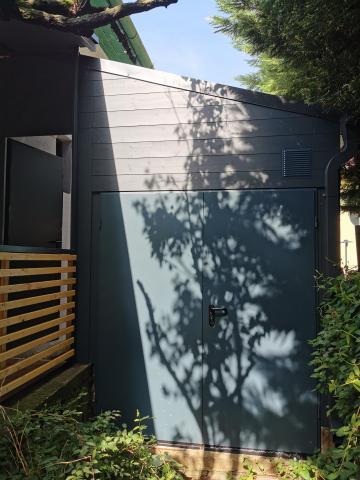 Ragasztott fa szerkezetű korcolt lemez fedésű zárt garázs 08