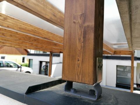Ragasztott fa szerkezetű, polikabonát fedesű kocsibeállló 08