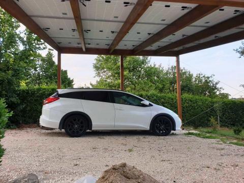 Ragasztottfa szerkezetű autóbeálló napelemes fedéssel
