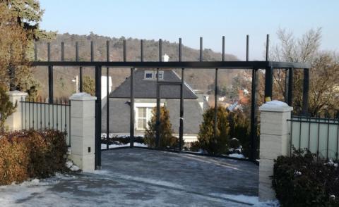 Üveggarázs acél szerkezet