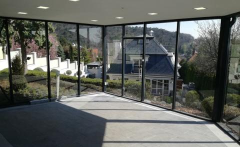 Üveggarázs belső tér