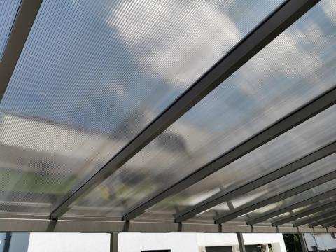 Egyedi autóbeálló vas szerkezettel és polikarbonát tetővel