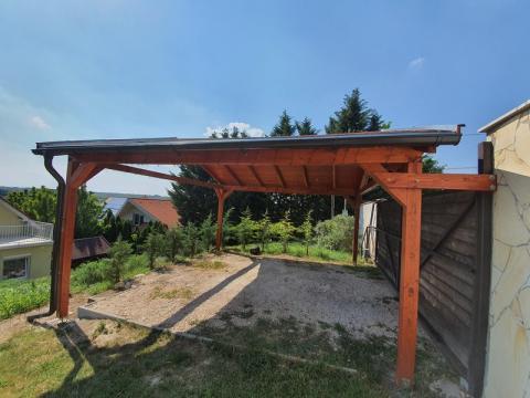 Ragasztott fa szekezetű, lambériázott, zsindely fedésű kocsibeálló 02