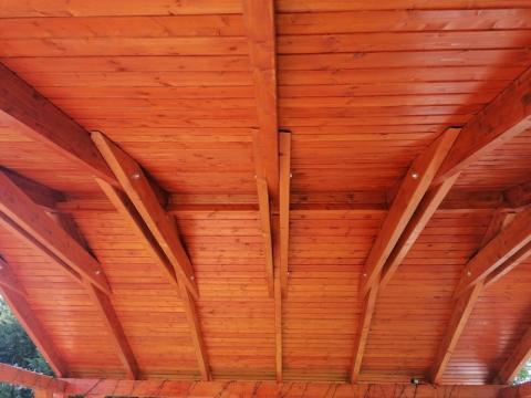 Ragasztott fa szekezetű, lambériázott, zsindely fedésű kocsibeálló 05