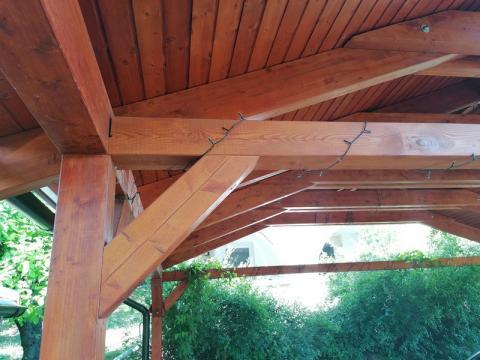 Ragasztott fa szekezetű, lambériázott, zsindely fedésű kocsibeálló 06