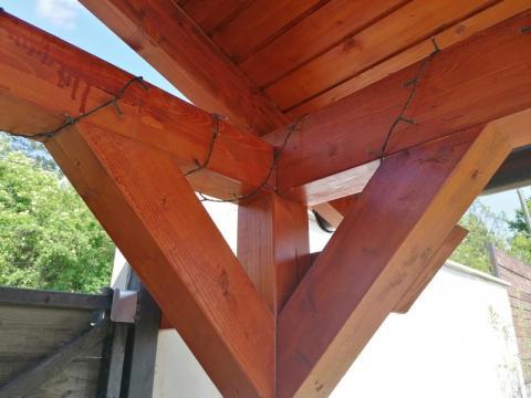 Ragasztott fa szekezetű, lambériázott, zsindely fedésű kocsibeálló 07